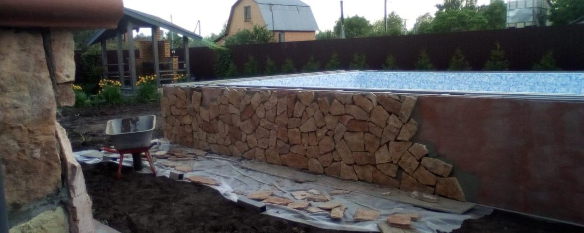 Продолжаются работы по строительству каркасного бассейна в поселке Вартемяги